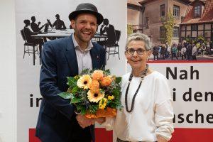 Veith nimmt die Glückwünsche der amtierenden Bürgermeisterin entgegen